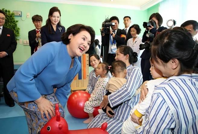 南韓第一夫人金正淑上身著淺藍色外套參觀平壤玉流兒童醫院。(路透社)