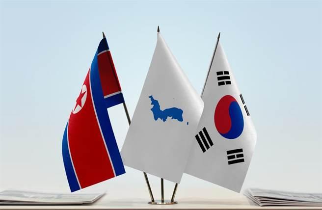 象徵南北韓統一的「統一旗」(中),白色底上繪有藍色朝鮮半島。(shutterstock)