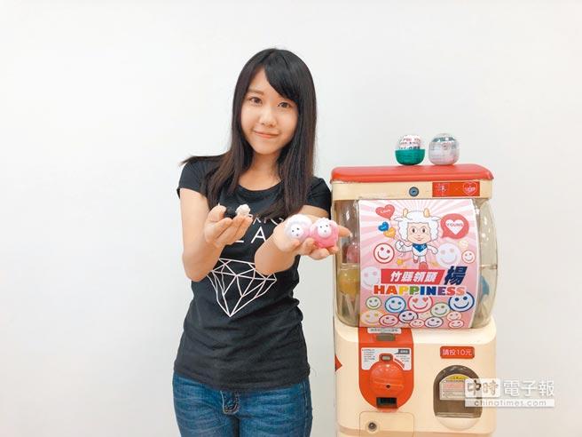杨文科竞选团队用夹娃娃机和扭蛋机,让大小朋友透过玩乐夹取可爱的文宣小物。(邱立雅摄)