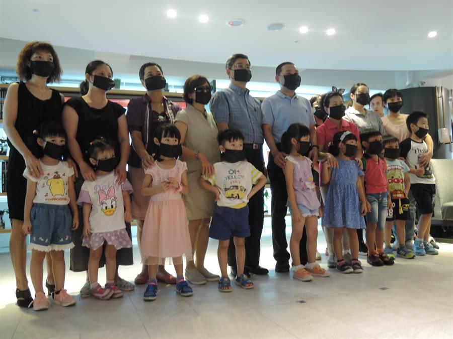 侯友宜與家長、小朋友戴上口罩,象徵反建深澳燃煤電廠。(王揚傑攝)
