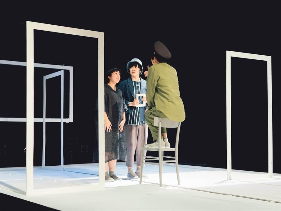 日本導演柴幸男作品《我並不哀傷,是因為你離我很遠》,探討人與憂傷之間的距離。劇中使用極簡的物件作為道具,例如大型方框可以是出國的登機門,也可以是隨行的護照本意象。圖為2017年東京藝術節演出版本。(濱田英明攝,台北藝術節提供)