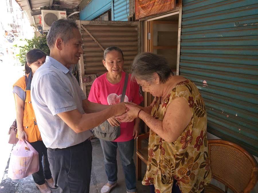 家和有線電視公司每逢中秋節,透過華山基金會三峽愛心天使站,捐贈物資予獨居老人。(許哲瑗翻攝)