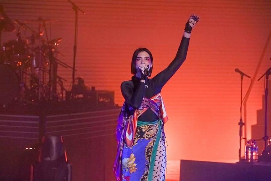 杜娃黎波粉絲多為年輕人,演唱會現場宛如電音派對。(蘇蔓攝)