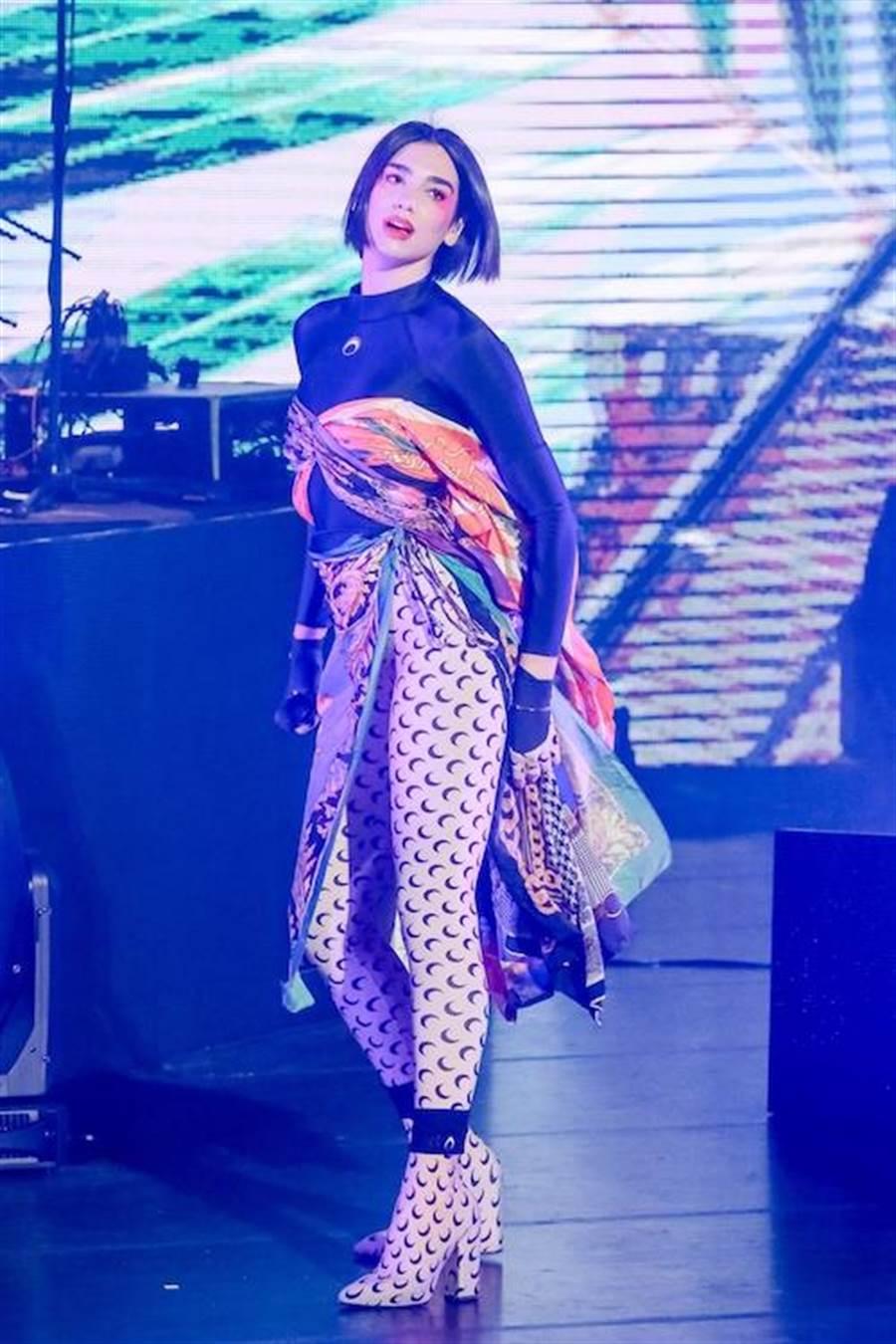 杜娃黎波圖騰披巾做外裙混搭出新風格美感。(蘇蔓攝)