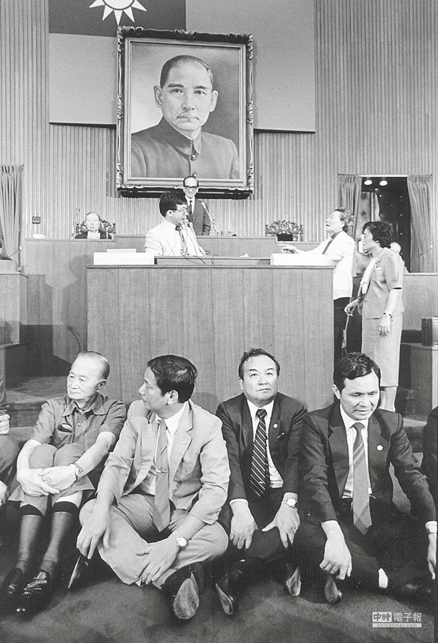 當年民進黨帶頭反對《國安法》,如今卻反過來擁護、擴大。右一為現任促轉會主委黃煌雄。(本報資料照片)