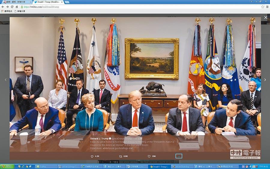 美國總統川普(前排中)17日宣布對中國2000億美元商品加徵10%關稅。(取自川普推特)