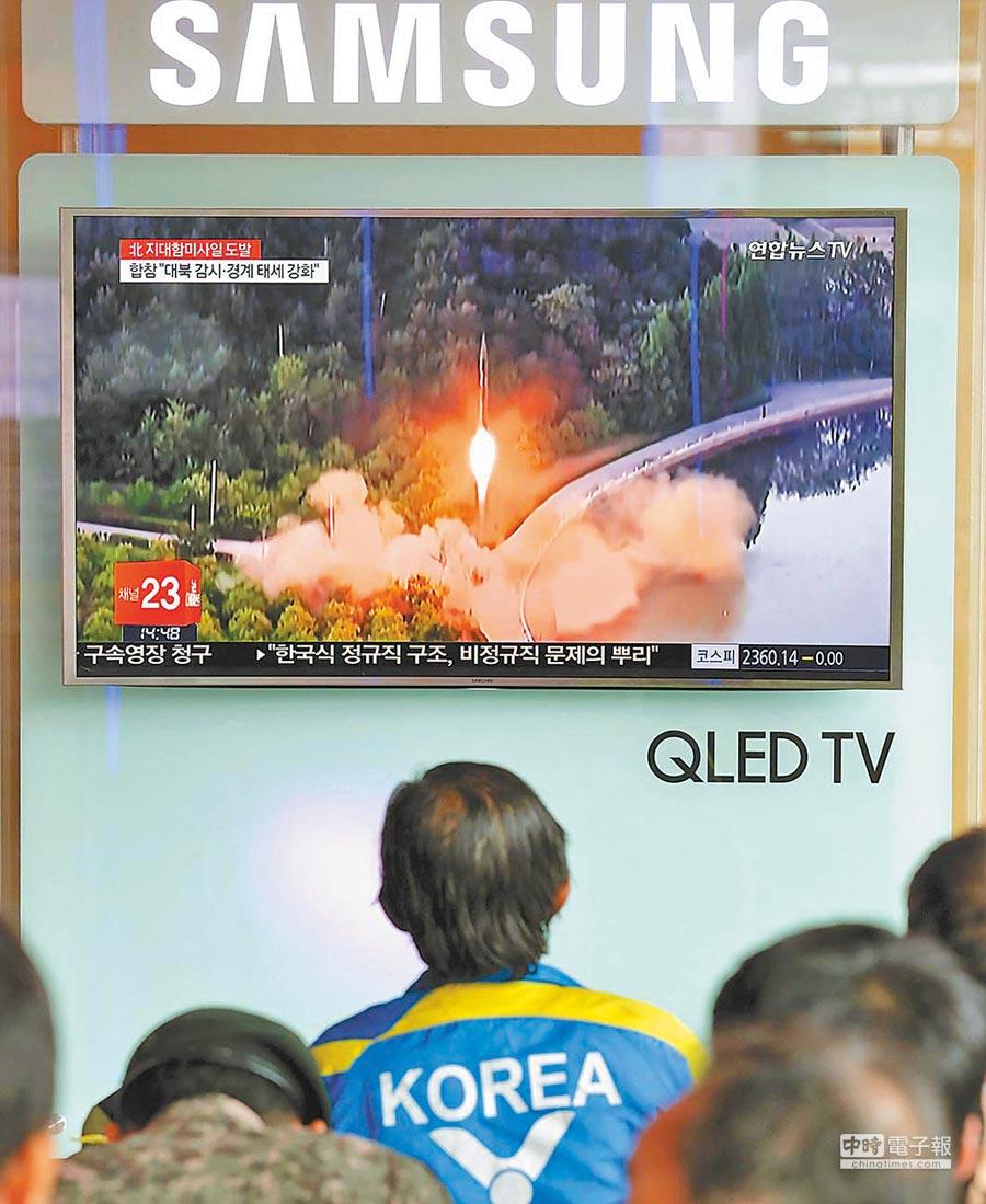 聯合國關切朝核問題。圖為南韓民眾在首爾火車站觀看北韓試射飛彈。(新華社資料照片)