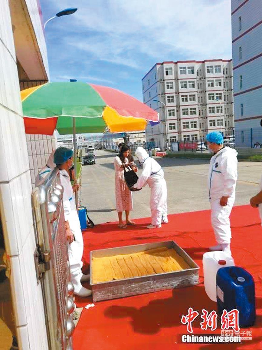 鄭州豬瘟疫區被封鎖6周,人員進出逐一消毒。(取自中新網)
