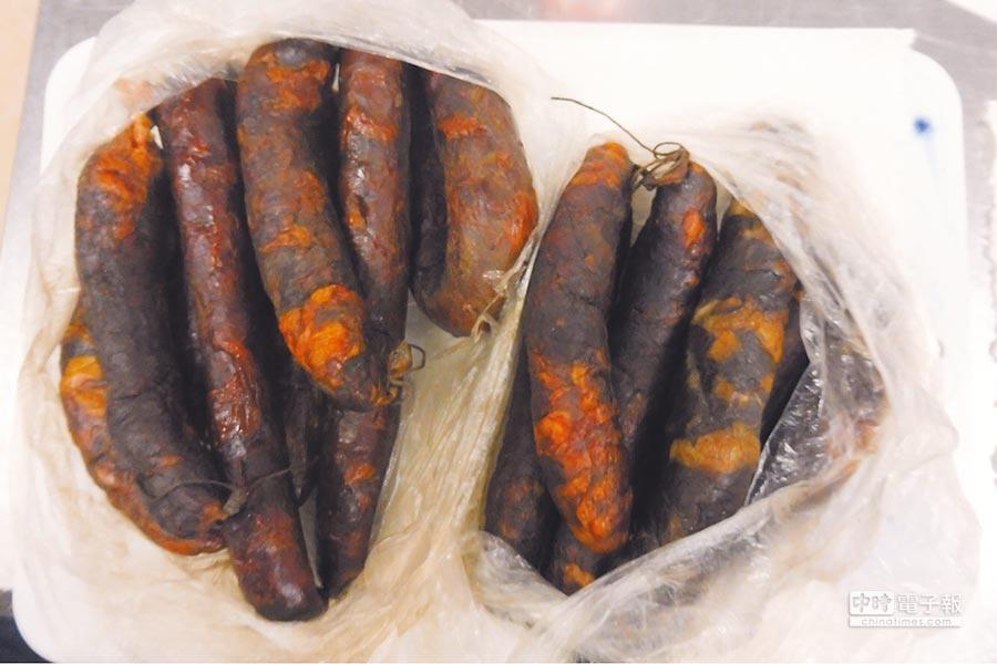 防檢局17日於松山機場、小港機場查獲旅客違規自大陸攜帶的肉製品,依相關條例處1萬5千元罰鍰。(防檢局提供)