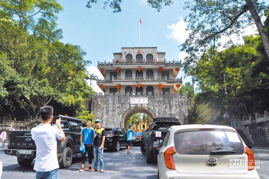 大陸到越南跨境自駕遊線路開通。圖為越南自駕遊車隊在憑祥友誼關留影。(中新社資料照片)