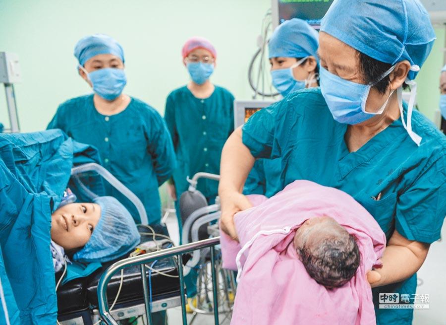 大陸開放二孩,推動全球生育經濟。圖為南京一名不孕症患者喜迎寶寶。(新華社資料照片)