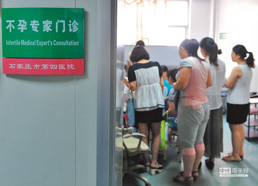河北石家莊某醫院的不孕專家門診,吸引許多高齡產婦前來看診。(中新社資料照片)