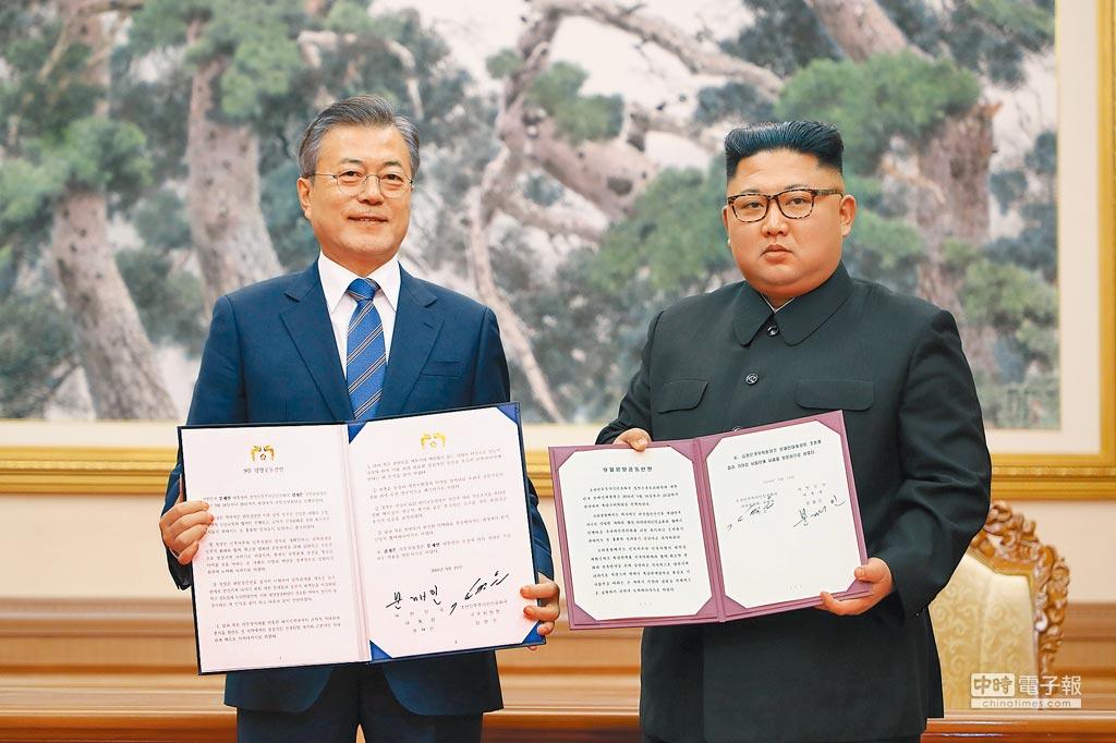南韓總統文在寅(左)與北韓領導人金正恩(右)19日在平壤百花園國賓館簽署《平壤共同宣言》,就實質去核措施、終止敵對關係、開展互惠合作達成共識。(法新社)