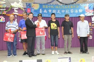 送月餅禮金 臺南市社會局讓街友感受年節氣氛