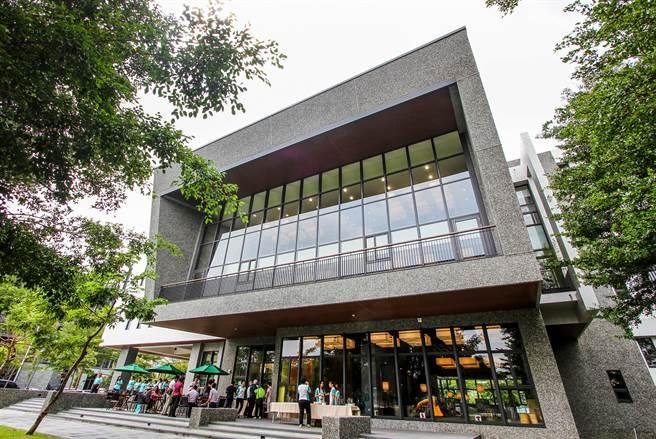 台中李科永紀念圖書館蓋在公園裡,綠意盎然。(黃國峰攝)