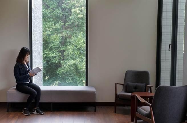 台中李科永紀念圖書館20日開幕,圖書館蓋在公園裡,窗外就是一大片的綠。(黃國峰攝)
