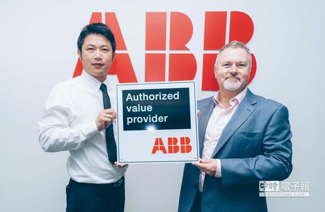 ABB集團變頻器業務單元營銷負責人Steve Ruddell(右)與巨緯科技總經理林秉燦(左)共持AVP標章合影。圖/業者提供
