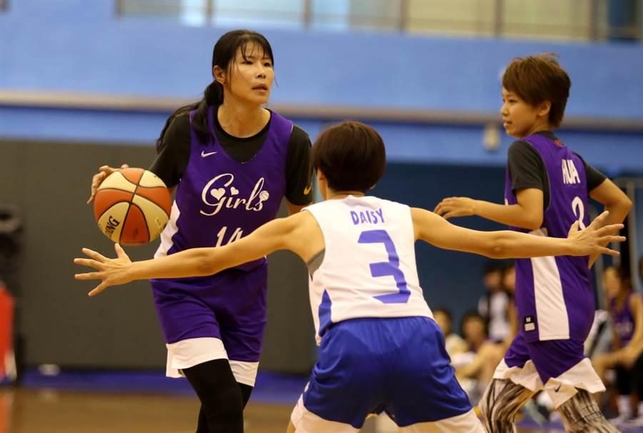 「馬姐」馬怡鴻(左)教練兼球員,在新聞盃重現傳控丰采,右為緯來體育台主播黃樺君。(李弘斌攝)