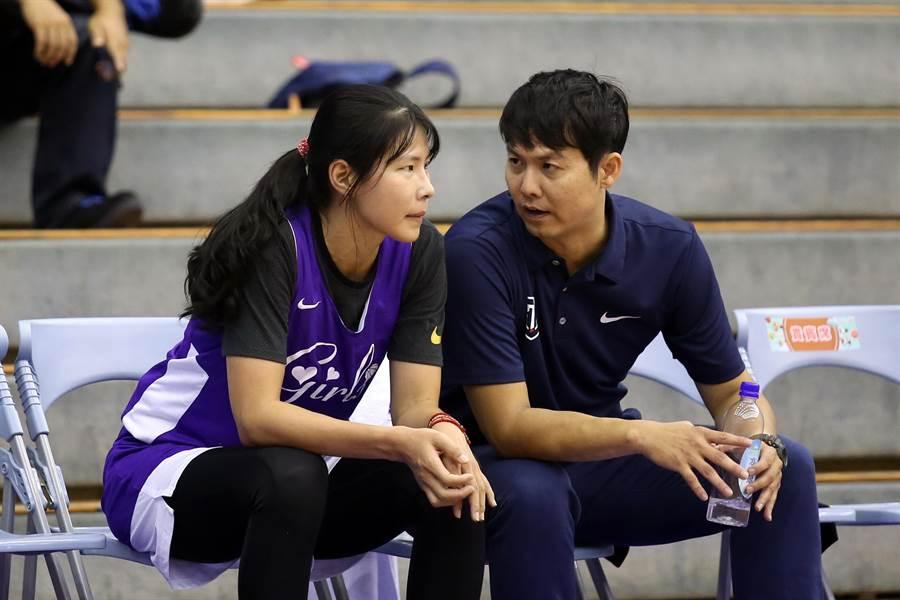 新聞女生隊總教練張立群(右)與下場稍事休息的馬怡鴻討論戰況。(李弘斌攝)