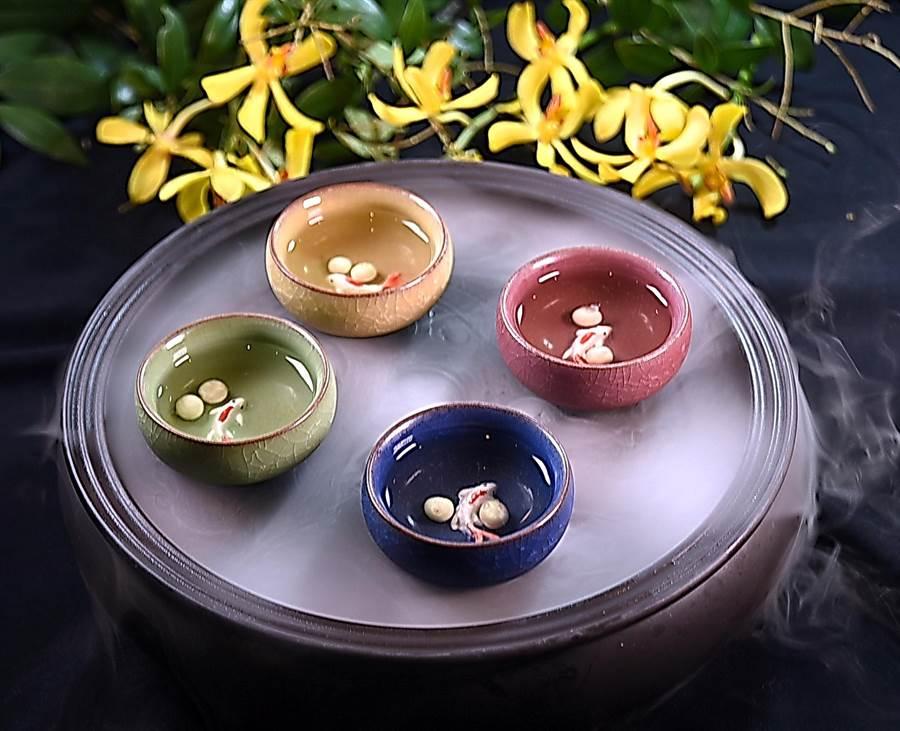 台北萬豪酒店三廚聯手烹製的皇室盛宴,迎賓茶所用的器皿很有意境。(圖/姚舜)
