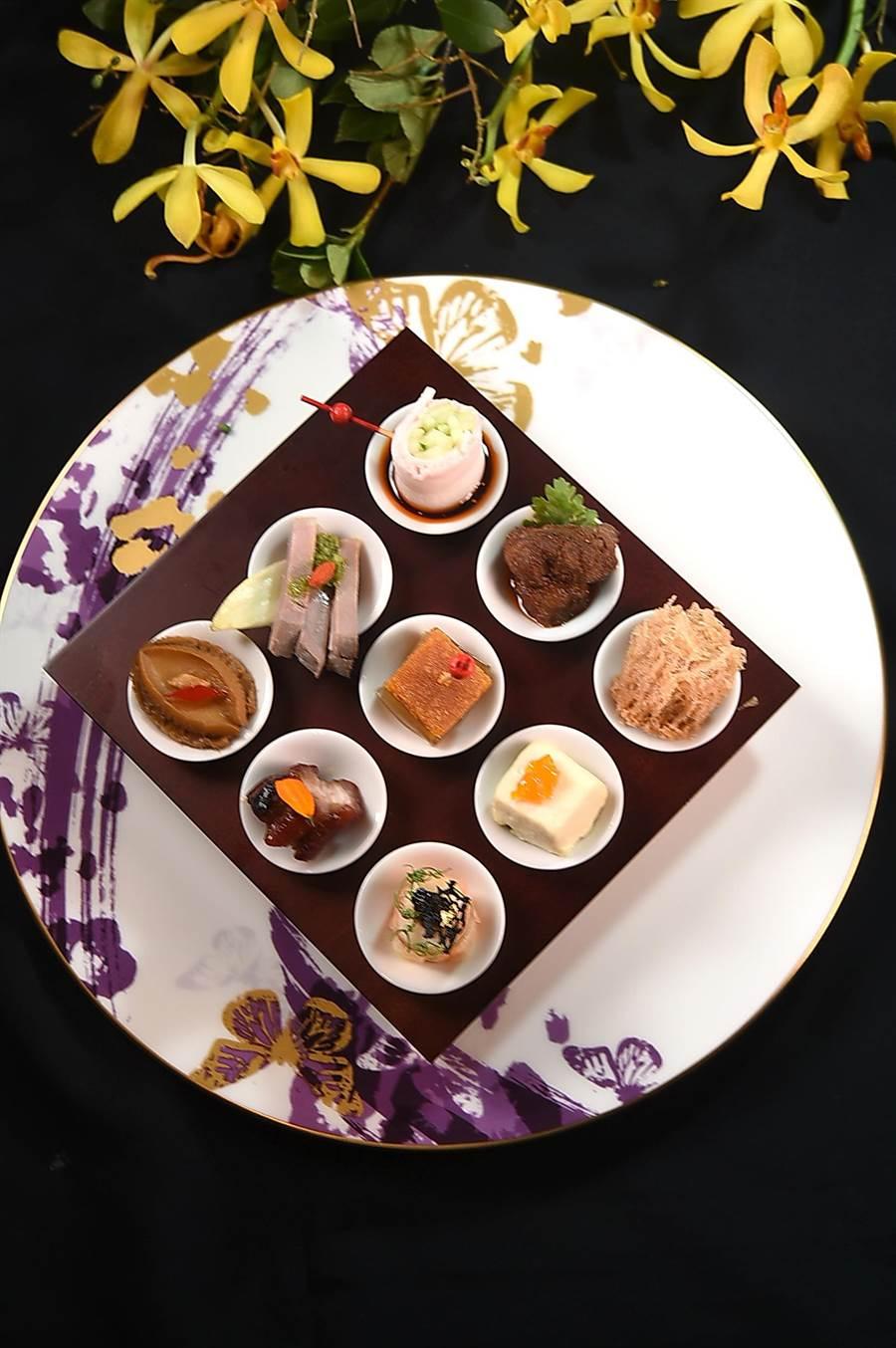 〈迎賓九小碟〉的呈盤型式類似「多寶格」,三位大廚烹製的小菜以錐型小碟「鑲嵌」在木製框架中,形色悅目繽紛。(圖/姚舜)