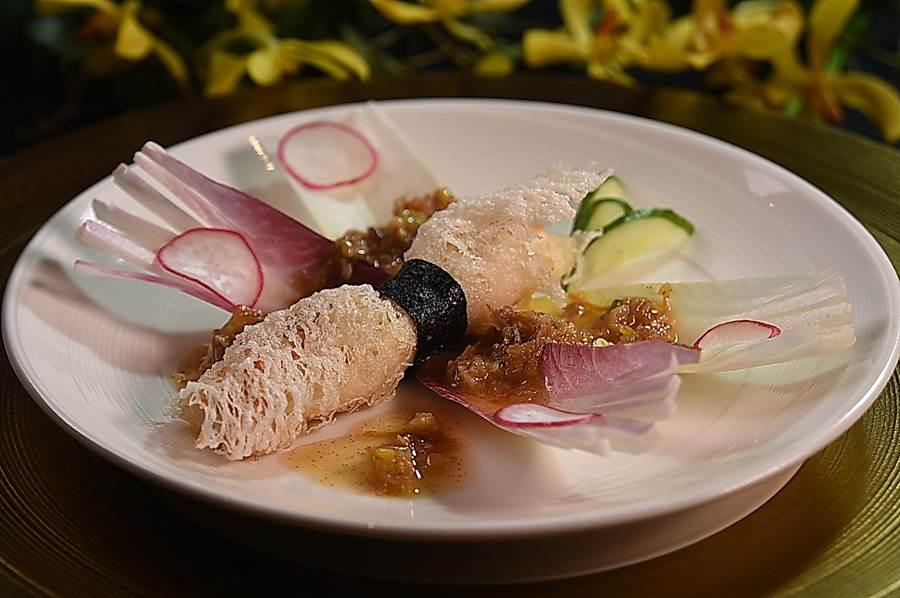 脇屋友詞料理的〈蝴蝶蟹肉捲〉,是以清脆的吉康菜葉為蝴蝶翅膀,蝴蝶身體是用米網包覆鱈場蟹腳後酥炸。(圖/姚舜)