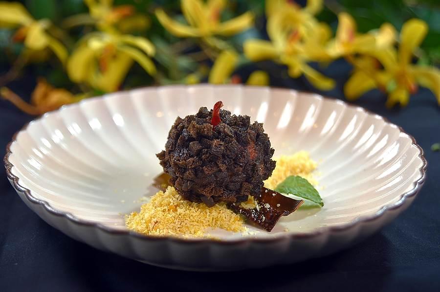 形狀像松果的〈黑珍珠帶子〉,是將用昆布醃漬過的干貝打成漿,再沾附以墨魚醬汁染色的麵包丁再油炸成菜,?屋友詞並用了椰子粉與烏魚子粉提味,味道很獨特。(圖/姚舜)