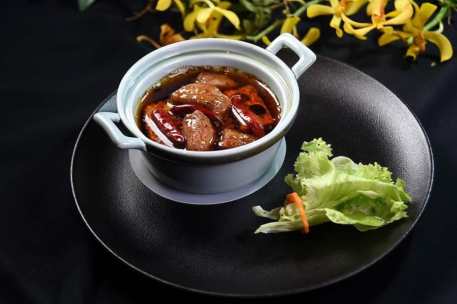脇屋友詞料理的〈苦茶油日本北海道和牛〉,是從四川麻辣鍋得到靈感,將油脂豐富的A5級日本和牛沙朗切成塊,與豆腐和香菇一起低溫包在加了苦茶油的麻辣湯中,非常美味。(圖/姚舜)
