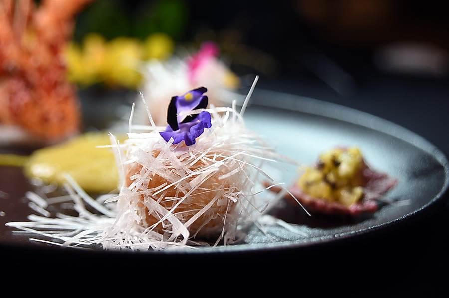 洪福龍設計的〈雪花鳳梨龍蝦球〉,是將龍蝦肉混合了龍蝦的蝦膏後打成漿再塑形成球狀油炸,再沾附威化紙切成的絲條。(圖/姚舜)