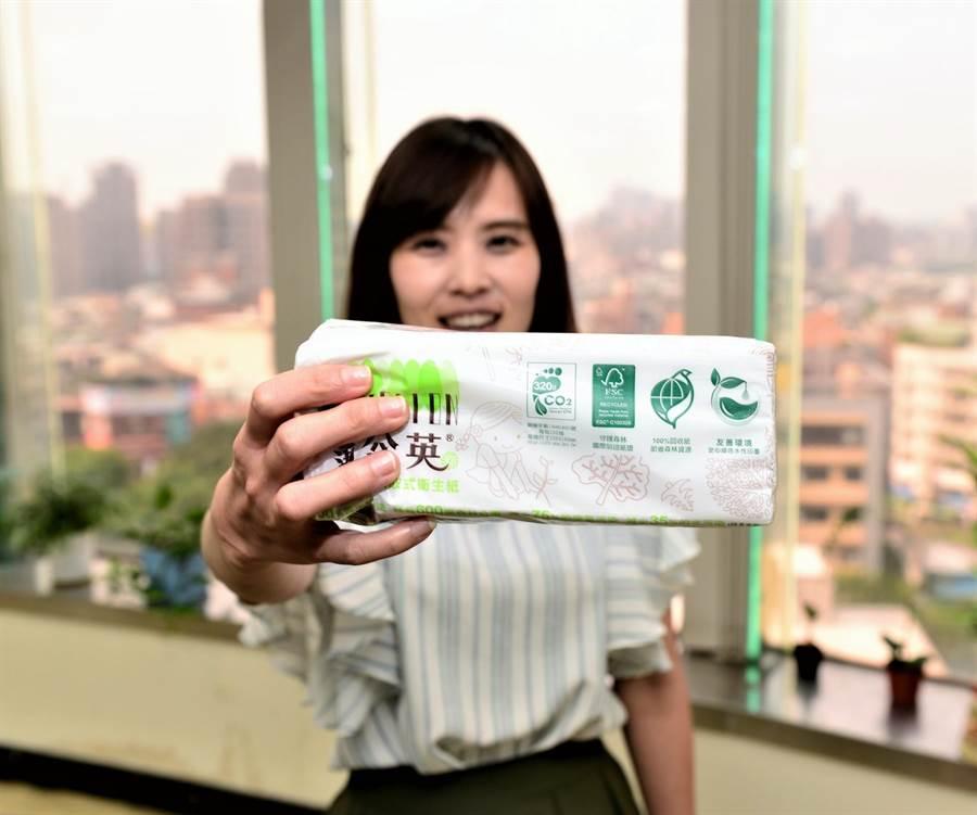 綠色產品既實用,又可回收節省環境成本,民眾可以藉由綠色消費,來引導、改變廠商的生產、銷售方式,以產生良性循環,減少環境的負荷。(葉臻攝)