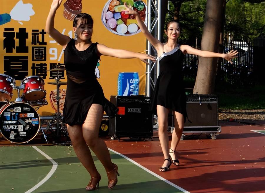 正修科大社團成員街舞動感十足的舞姿,令現場師生相當驚艷。(林雅惠攝)