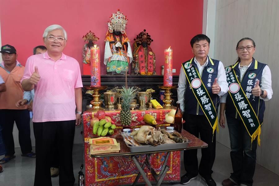 預發》雲林》李進勇(左)與張勝智(右二)的北港聯合競選總部迎請北港媽祖「接地氣」。(張朝欣攝)