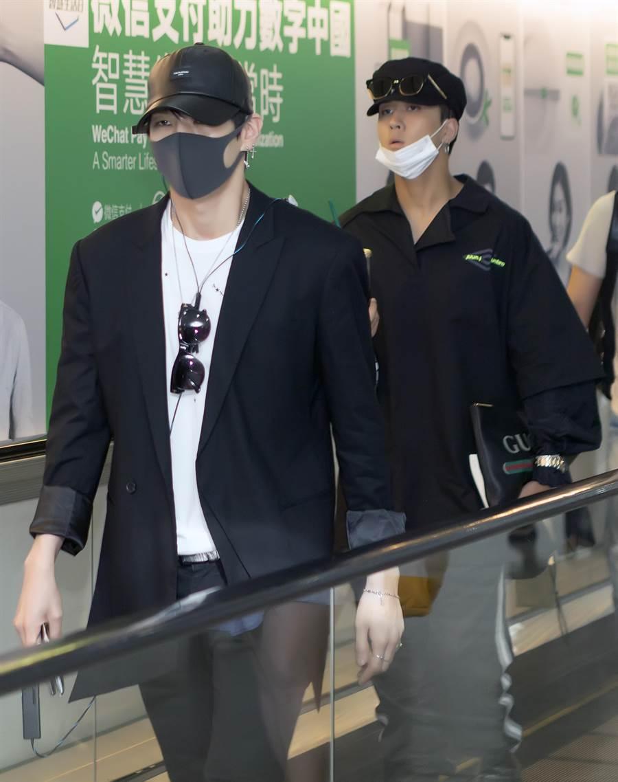 韓國男團「VIXX」子團「VIXX LR」的Leo及Ravi兩人20日下午來台。(陳麒全攝)