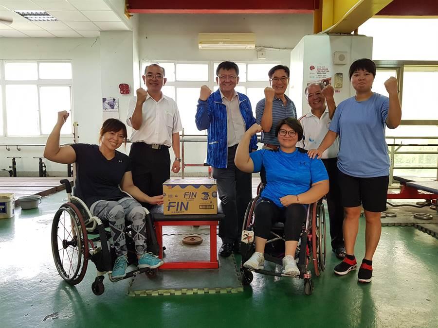 兩屆帕拉林匹克運動會(簡稱帕運)健力金牌女將林資惠(前排右),正為本屆亞帕運積極訓練備戰。(體育署提供)