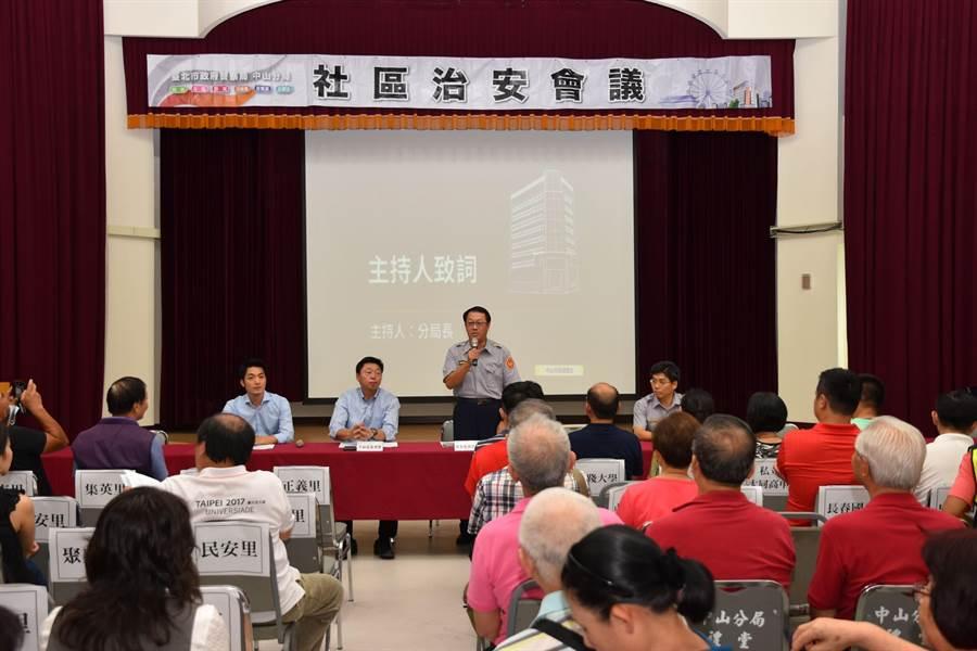 中山分局長楊哲昌在社區治安會議上,向與會者報告目前轄內治安狀況。(警方提供)