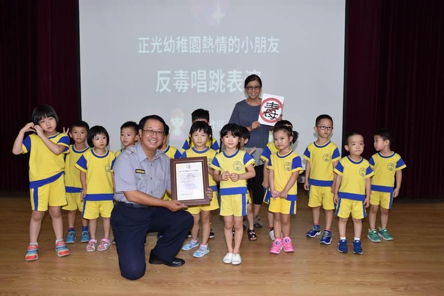 中山分局長楊哲昌與參加社區治安會議的學童合影留念。(警方提供)