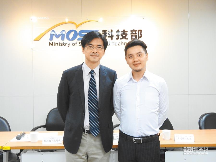 台大醫學工程所教授林頌然(左)與博士後研究員黃文彥。(科技部提供)