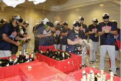 影》林子偉休息室嗨玩直播 還被隊友餵封王啤酒