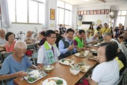 林佳龍與長輩共餐 分享敬老卡擴大功能