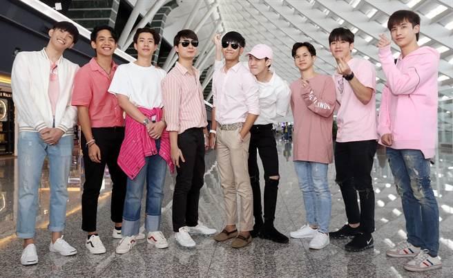 《一年生》成員抵台,並在機場向台灣粉絲問候。(范揚光攝)