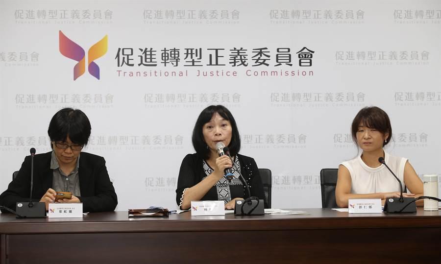 促轉會912專案調查報告記者會上委員葉虹靈(左起)、楊翠、彭仁郁公布初步調查結果,明確指出張天欽等人的發言與心態明顯失當。(陳君瑋攝)