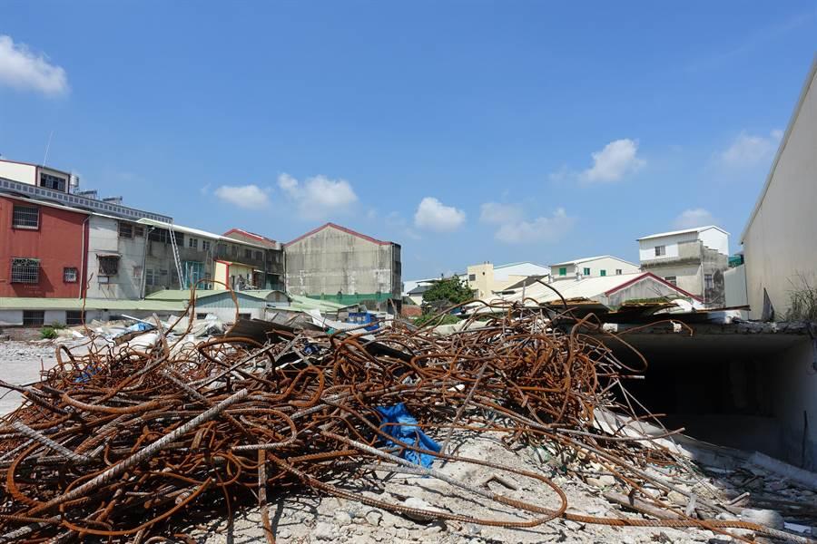 全台最後一棟921地震危樓祥瑞樓本月初拆除完畢,圖右原為地下停車場入口。(周麗蘭攝)