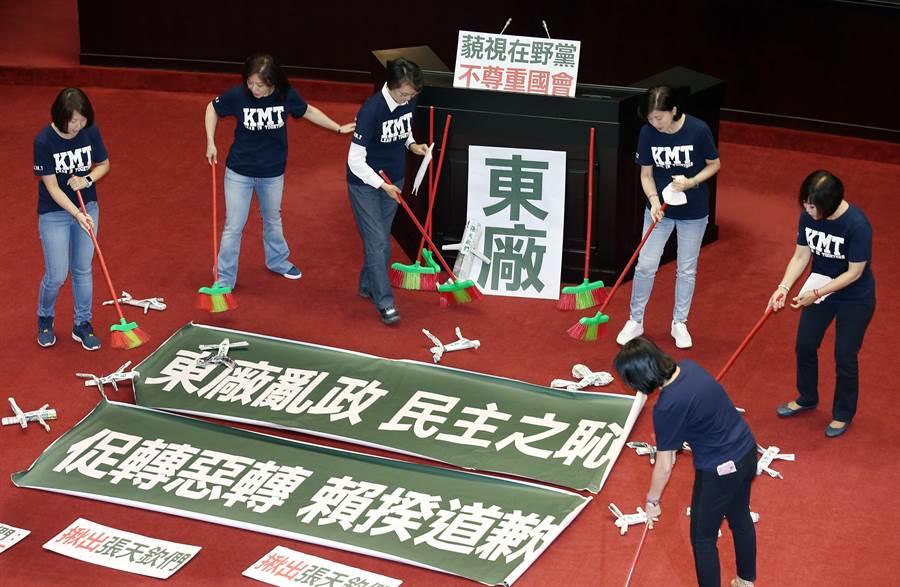 國民黨立委在議場內掃除「張天欽們」紙紮小人。(姚志平攝)