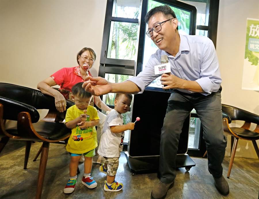 民進黨台北市長參選人姚文智在記者會現場發送糖果。(張鎧乙攝)
