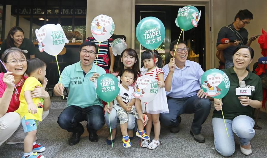 民進黨台北市長參選人姚文智(右二)21日在民生社區舉辦「孩子樂園 親子共遊」政策記者會,黨籍議員許淑華(中)、張茂楠(左三)等人都到場支持