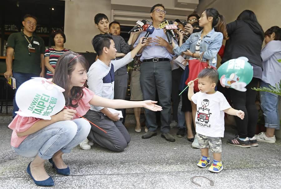 黨籍議員許淑華(前排左)等人都到場支持,許並在現場與小朋友親切互動。(張鎧乙攝)