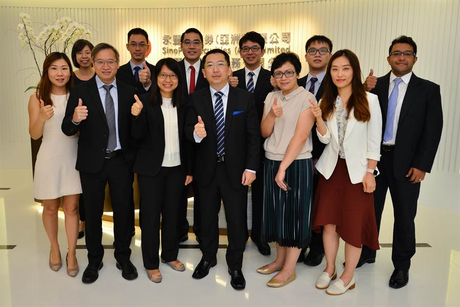 永豐金金融服務團隊同仁,前排左三營運總監戴甜歡、左四董事總經理何賜川。