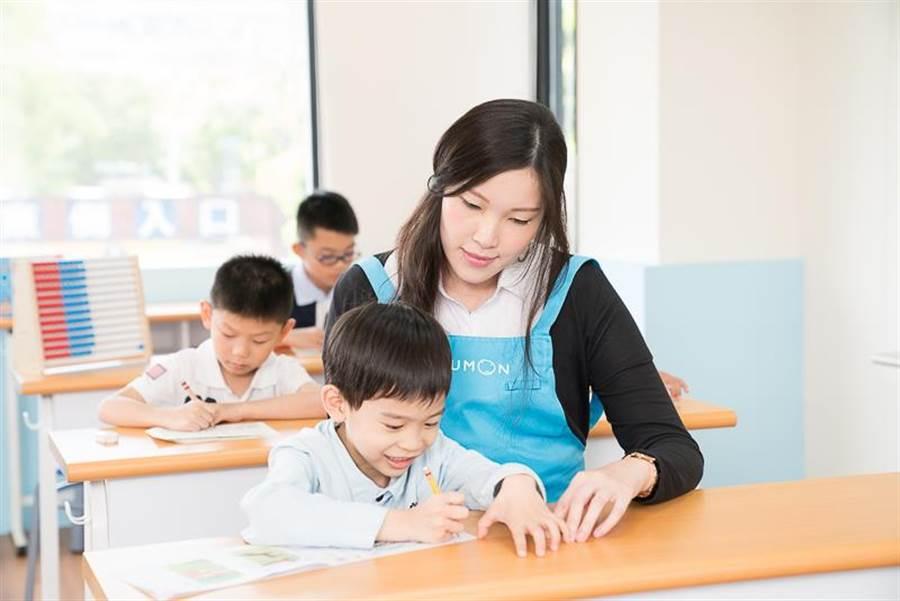 做為一個教育者,應該要給予孩子明確目標。(圖/KUMON提供)