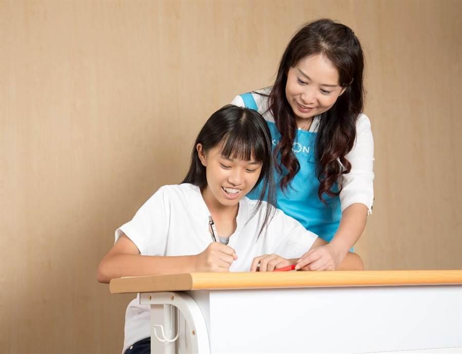 KUMON依照孩子個別能力來安排不同教材及學習進度,小階段前進的教材幫助孩子輕鬆、有效率地達到學習效果。(圖/KUMON 提供)