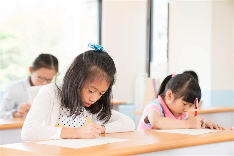 KUMON提醒家長與孩子們:「訂正」是學習中相當重要的一環。(圖/KUMON提供)